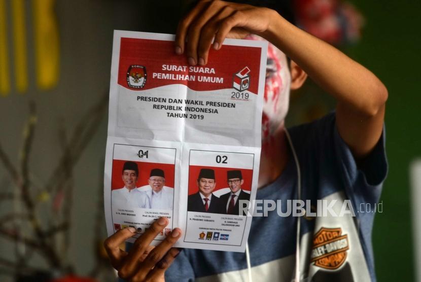 Petugas KPPS di PTPS 73 menghitung kertas suara pemilihan presiden (ilustrasi)