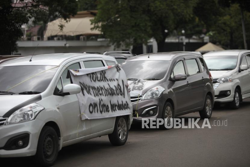 Kendaraan taksi online terparkir saat melakukan aksi unjuk rasa di Kawasan Monumen Nasional (Monas), Jakarta, pada 29 Januari 2018.