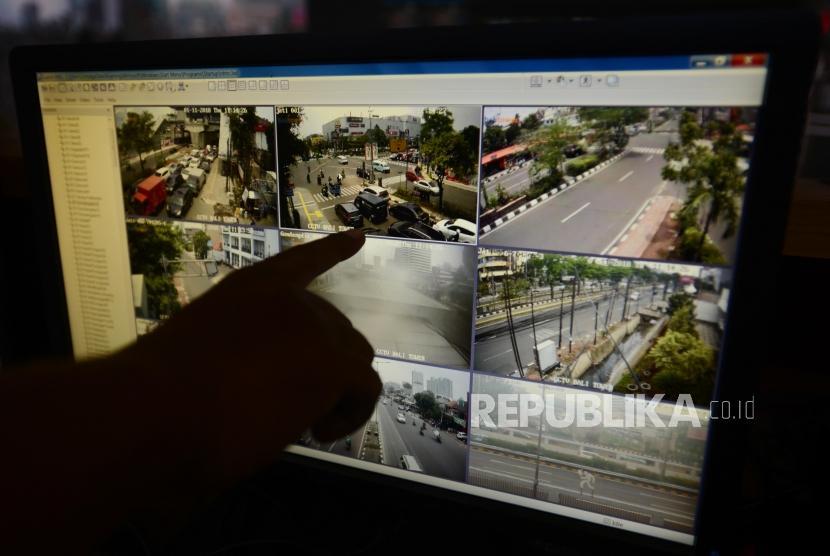 Petugas Traffic Management Center(TMC) Polda Metro Jaya menunjukan pelanggaran lalu lintas yang tertangkap kamera pengawas di Polda Metro Jaya, Jakarta, Kamis (1/11).