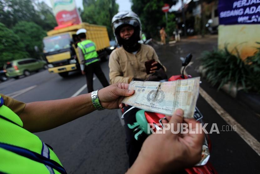 Petugas gabungan melakukan penertiban pajak kendaraan bermotor (ilustrasi)
