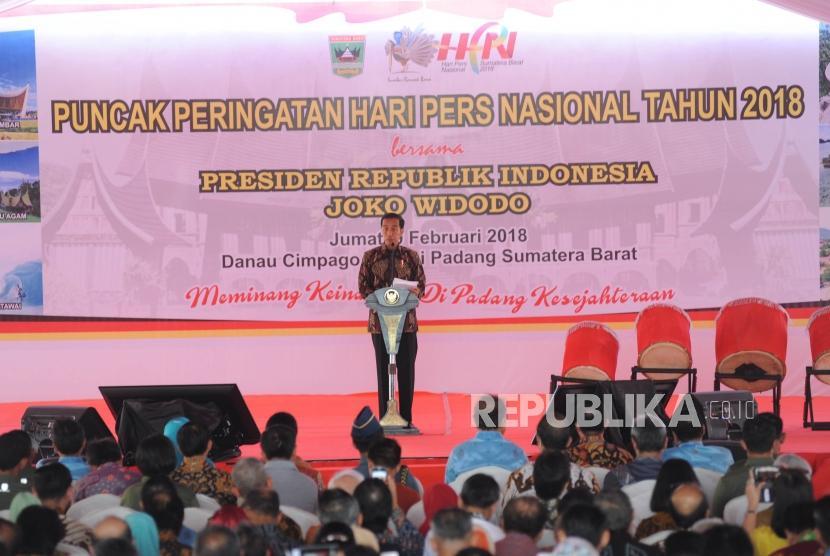 Presiden Republika Indonesia Ir Joko Widodo memberikan sambutan dalam acara puncak peringatan hari pers nasional 2018 di Danau Cimpago, Kota Padang, Provinsi Sumatra Barat, Jumat, (9/2).