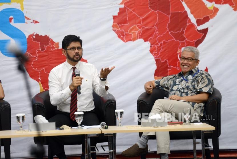 Wakil Ketua KPK Laode M. Syarif (kiri) bersama Sekretaris Jenderal Transparency International Indonesia (TII) Dadang Trisasongko (kanan) memberikan paparan saat diskusi bertajuk Korupsi dan Krisis Demokrasi di Gedung Merah Putih KPK, Jakarta, Selasa (29/1).