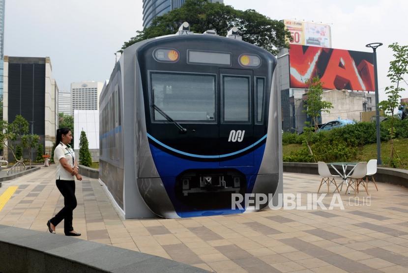 Petugas berktivitas didekat mini information center atau pusat layanan informasi di Stasiun MRT Dukuh Atas, Jakarta, Senin (7/1).