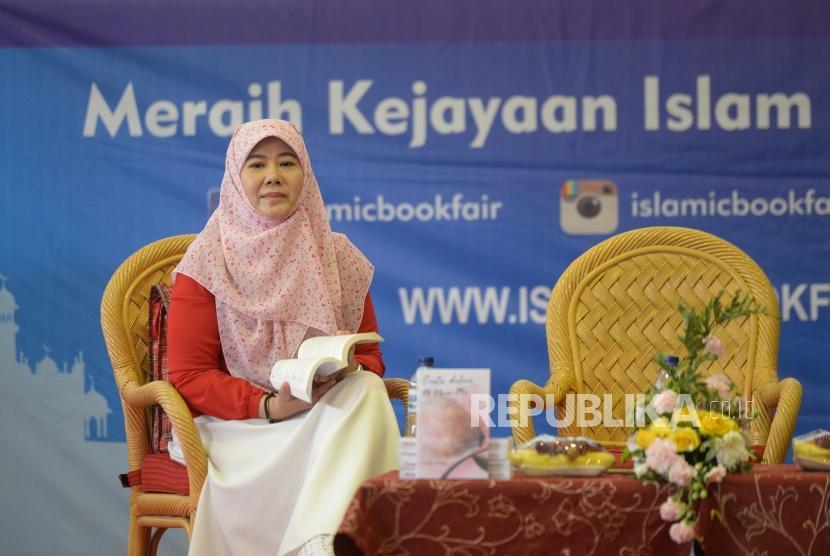 Penulis Perempuan Asma Nadia  saat bertemu dengan pembaca saat Indonesia Islamic Book Fair (IIBF) 2018 di Balai Sidang Jakarta, Sabtu (21/4).
