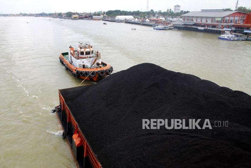 Kapal tunda menarik tongkang batubara di Sungai Musi, Palembang. (ilustrasi)