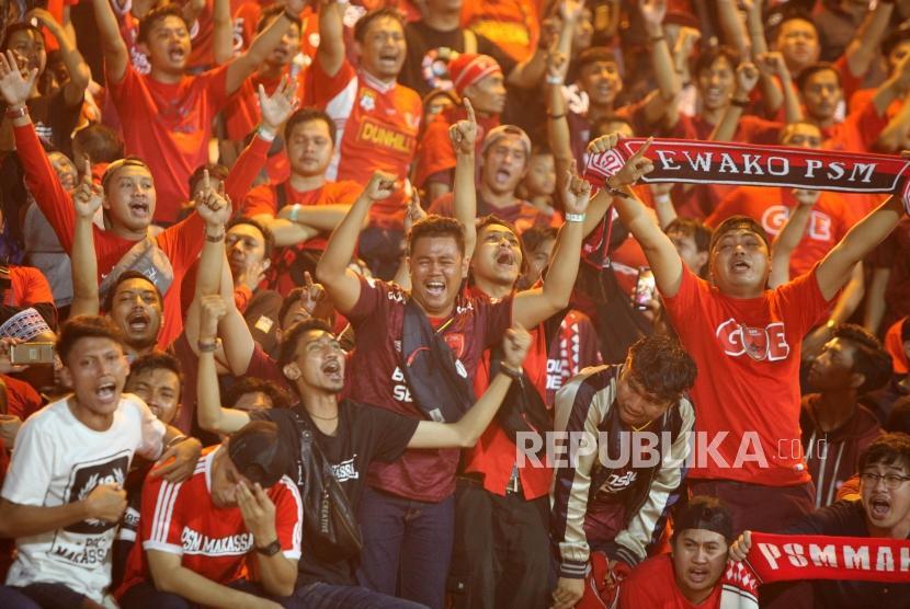 Sejumlah suporter PSM Makassar menangis seusai pertandingan PSM Makassar melawan Bhayangkara FC pada pertandingan Go-Jek Liga 1 2018 di Stadiun PTIK, Jakarta, Senin (3/12).