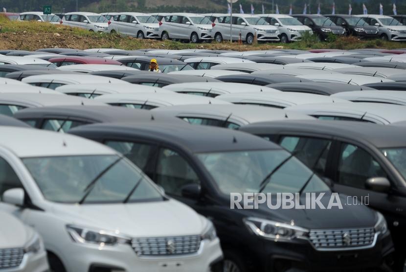 Deretan mobil All New Ertiga di pabrik PT Suzuki Indomobil Motor (SIM), Cikarang, Senin (22/10).