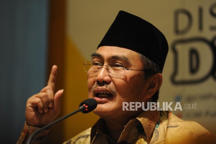 Ketua Umum ICMI Jimly Asshiddiqie  memberikan keterangan kepada media dalam acara diskusi media dialektika di Jakarta, Rabu (21/2).