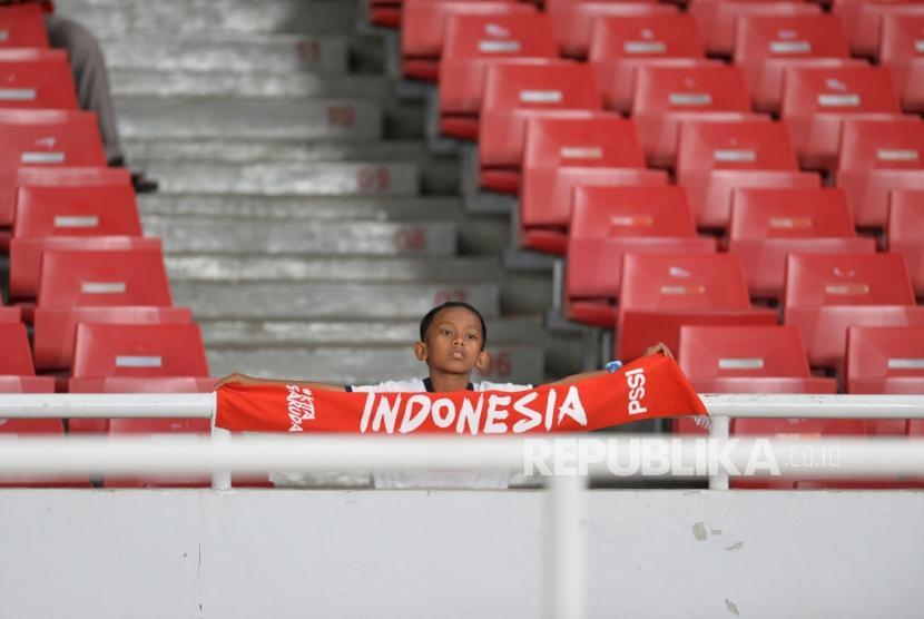 Ekspresi suporter timnas Indonesia usai dikalahkan Thailand dalam pertandingan Kualifikasi babak kedua Piala Dunia 2022 zona Asia di Stadion Gelora Bung Karno, Senayan, Jakarta, Selasa (10/9).