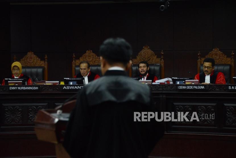 Ketua Mahkamah Konstitusi Anwar Usman bersama para hakim mendengarkan pembacaan tanggapan atas permohonan dari Ketua Tim Hukum Joko Widodo-Ma'ruf Amin, Yusril Ihza Mahendra saat sidang lanjutan Perselisihan Hasil Pemilihan Umum (PHPU) Pemilihan Presiden (Pilpres) 2019 di Gedung Mahkamah Konstitusi, Jakarta, Selasa (18/6).