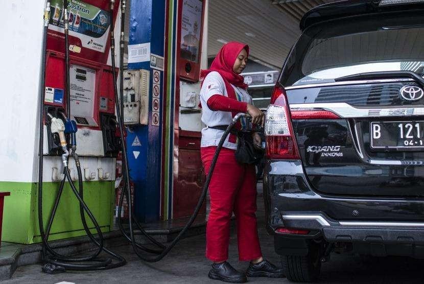 Petugas mengisi bahan bakar minyak (BBM) jenis solar pada kendaraan di SPBU Coco, Kuningan, Jakarta, Jumat (31/8).