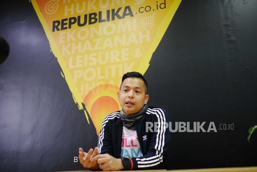 Sutradara pendukung Film Milly & Mamet Ernest Prakasa diwawancarai saat mengunjungi kantor Redaksi Republika di Jakarta, Kamis (29/11).