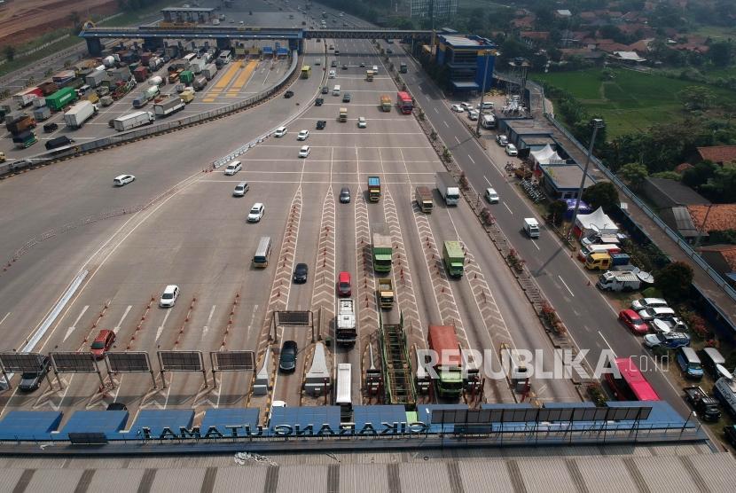 [ilustrasi] Sejumlah kendaraan melintas di Pintu masuk Tol Cikarang Utama, Jakarta.