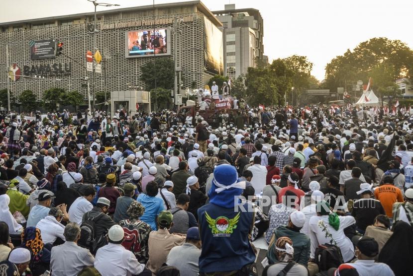 Aksi Gerakan Nasional Kedaulatan Rakyat. Sejumlah peserta aksi Gerakan Nasional Kedaulatan Rakyat memenuhi jalan raya di depan Gedung Bawaslu, Jakarta Pusat, Selasa (21/5).