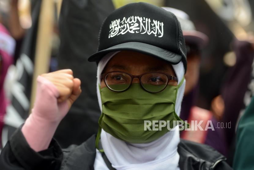 Sejumlah massa Aksi Bela Tauhid saat melakukan unjuk rasa di depan Kantor Kementerian Politik Hukum dan Keamanan, Jakarta, Jumat (26/10).