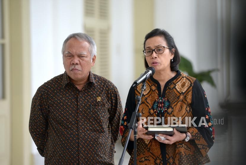 Terima Delegasi AIIB. Menteri PUPR Basuki Hadimujono (kiri) bersama Menkeu Sri Mulyani menjawab pertanyaan wartawan pascapertemuan dengan delegasi Asian Infrastructure Investment Bank (AIIB) di Istana Kepresidenan Bogor, Jawa Barat, Senin (12/3).