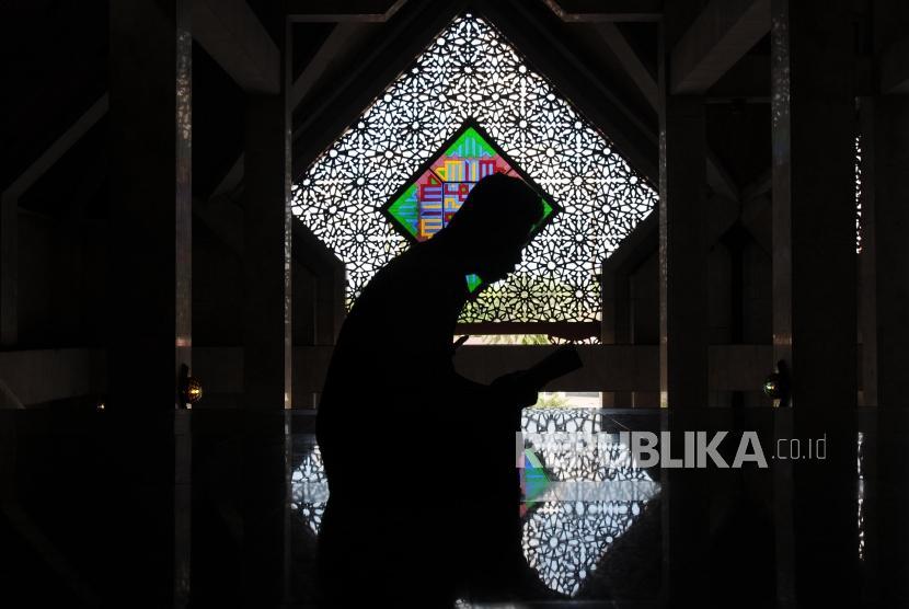 Umat Muslim membaca Al Quran di Masjid At-Tin, Jakarta, Selasa (22/5).