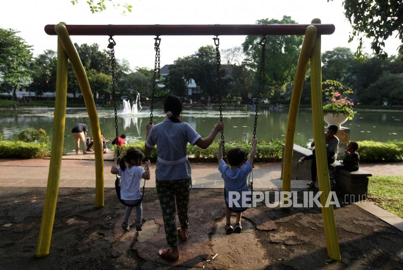 Sejumlah anak bermain di Taman Situ Lembang, Jakarta, Senin (9/4).