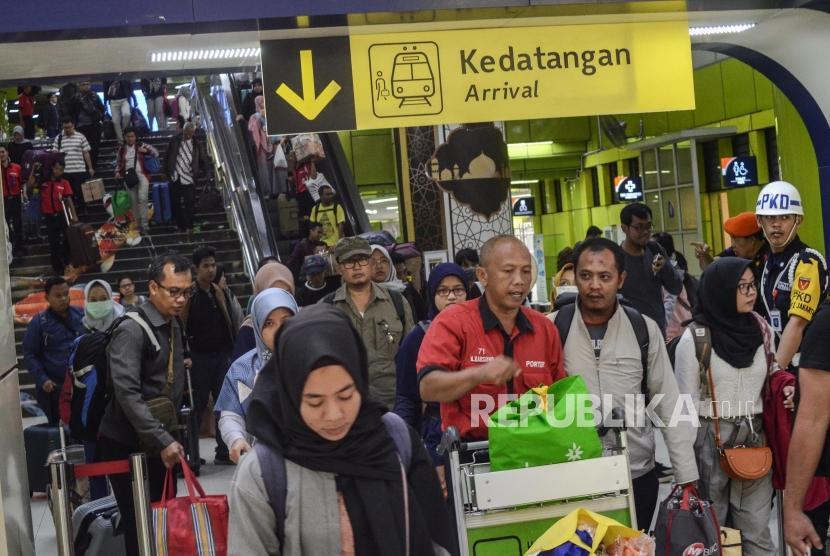 Arus Mudik Stasiun Gambir. Sejumlah pemudik tiba Stasiun Gambir, Jakarta Pusat, Minggu ( 9/6).