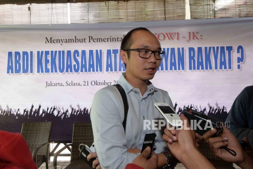 Diskusi Menyambut Pemerintahan Jokowi-JK. Direktur Eksekutif Charta Politika Yunarto Wijaya menjawab pertanyaan wartawan seusai menjadi pembicara dalam diskusi menyambut pemerintahan Jokowi-JK di Jakarta, Selaa (21/10).