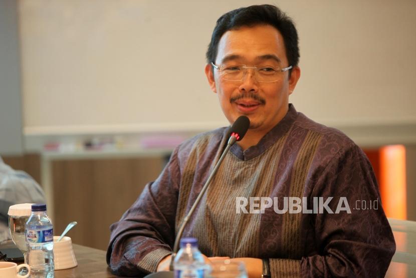 Anggota Dewan Pakar ICMI Muhammad Syafii Antonio memberikan paparanya saat acara Diskusi Dialektika ICMI di Kantor Pusat ICMI, Jakarta, Rabu (11/7).