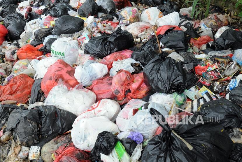 Tumpukan  sampah limbah rumah tangga yang dibuang di pinggir jalan. (Ilustrasi)