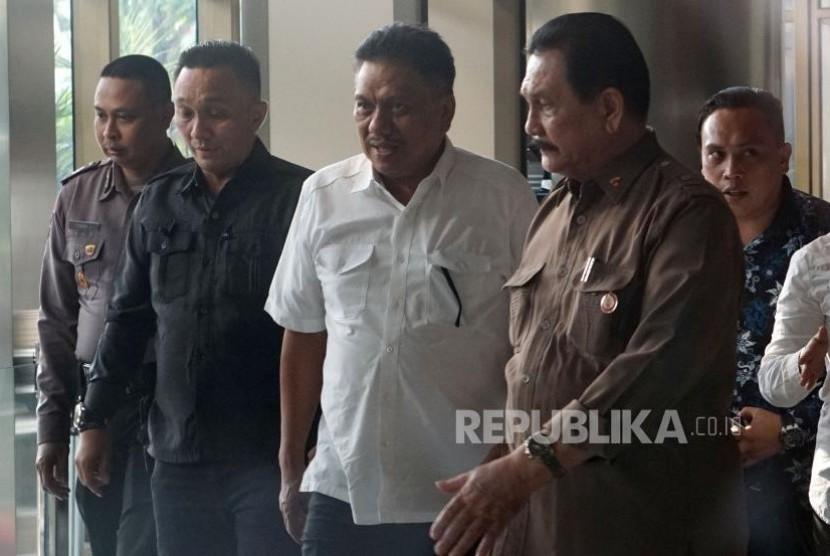 Gubernur Sulawesi Utara Olly Dondokambey berjalan meninggalkan gedung KPK usai menjalani pemeriksan di Jakarta, Selasa (4/7). Mantan Wakil Ketua Bandan Anggaran DPR itu diperiksa sebagai saksi untuk kasus dugan korupsi proyek pengadaan E-KTP dengan tersangka Andi Agustinus alias Andi Narogong.