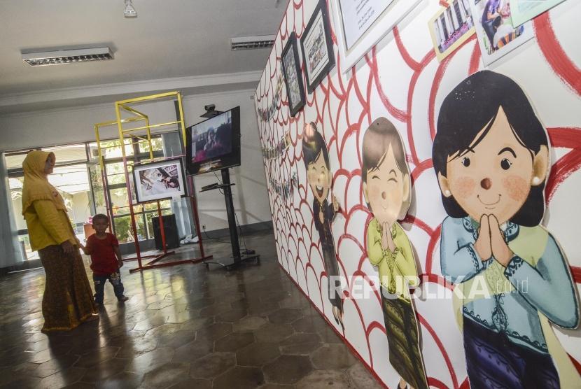 Peringatan Hari Anak Nasional. Sejumlah Pengunjung mengamati pameran foto saat peringatan Hari Anak Nasional di Museum Kebangkitan Nasional, Jakarta, Selasa (23/7).