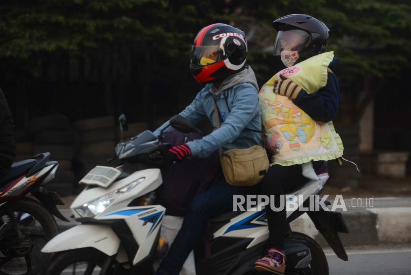 Motorcycle travelers when doing mudik.
