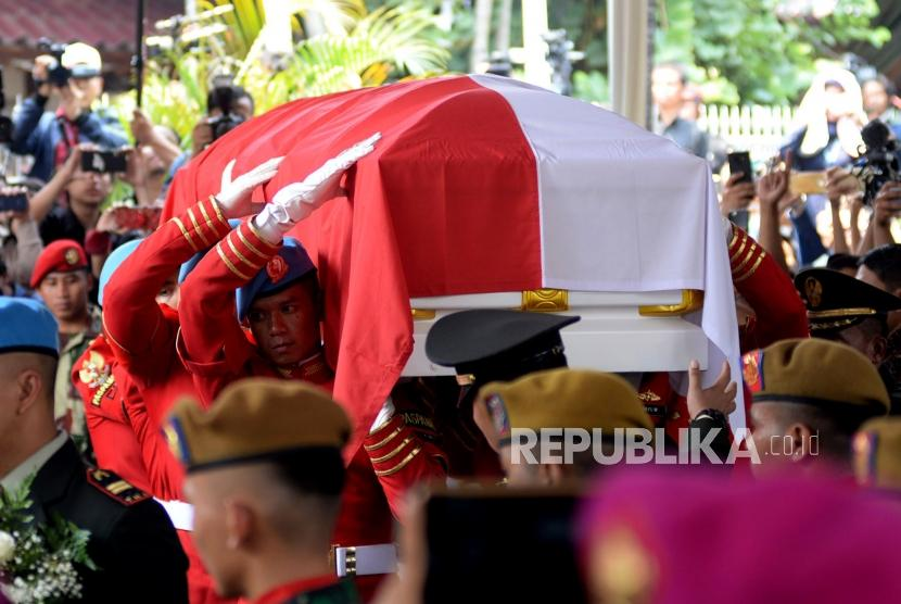 Personil TNI membawa peti jenazah almarhum Presiden ke-3 BJ Habibie saat upacara pelepasan militer di Patra Kuningan, Jakarta, Kamis (12/9).