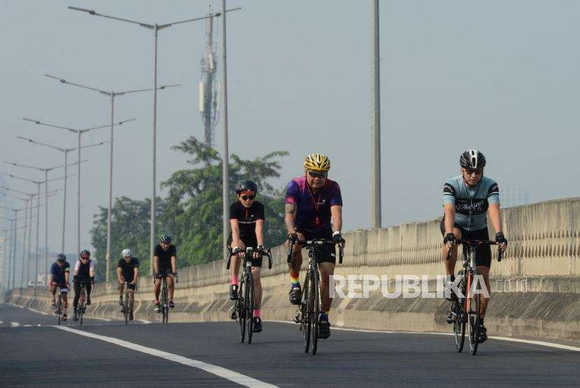 Warga bersepeda saat kegiatan Antasari Sky Sport di Jalan Layang Non Tol (JLNT) Antasari, Kebayoran Baru, Jakarta Selatan, Ahad (12/8).