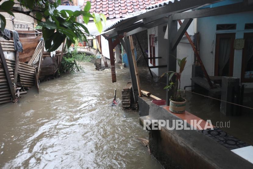 Kondisi tanggul Kali Pulo yang jebol di Jatipadang, Jakarta, Rabu (20/12).