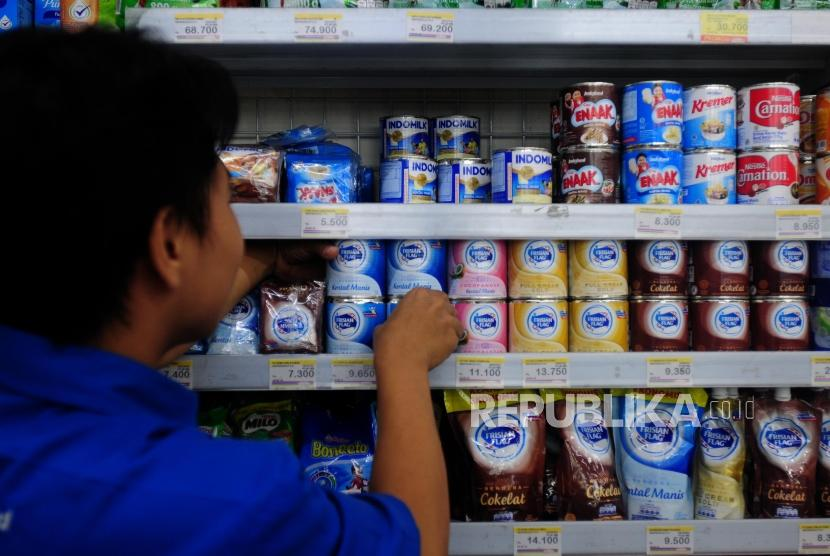 Warga memilih produk susu kental manis di Bekasi, Jawa Barat, Sabtu (7/7).