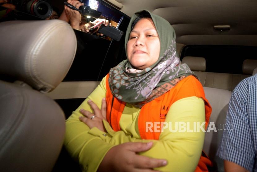 Penahanan Neneng. Bupati Bekasi, Neneng Hasanah Yasin menggunakan rompi tahanan KPK  berada dalam kendaraan tahanan usai  menjalani pemeriksaan sebagai tersangka di Komisi Pemberantasan Korupsi (KPK), Jakarta, Selasa (16/10).