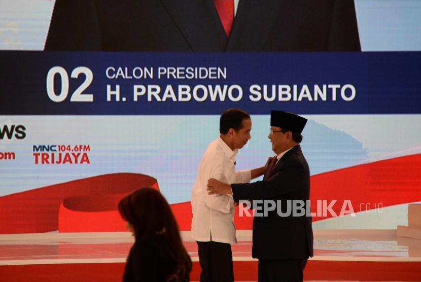 Capres No 01 Joko Widodo dan Capres No 02 Prabowo Subianto usai debat kedua calon presiden pemilu 2019, Jakarta, Ahad (17/2).