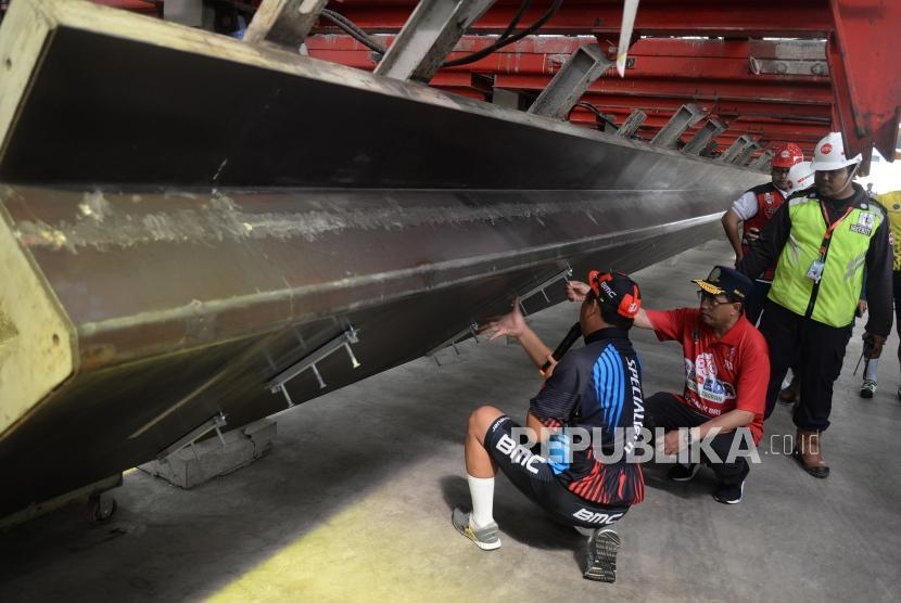 Minister Budi Karya Sumadi (second left) visits the factory of LRT concrete manufacture in Jakarta, Sunday (April 29).