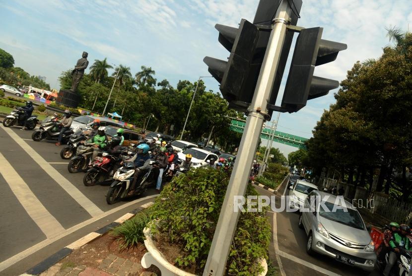 Sejumlah kendaraan saat menunggu lampu lalu lintas (ilustrasi).