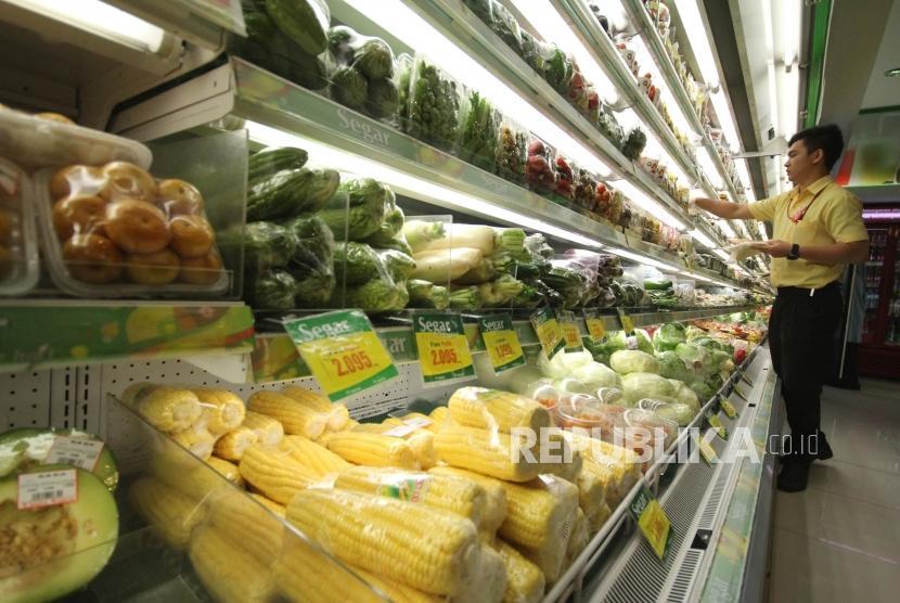 Seorang petugas memeriksa barang-barang berupa sayuran, buah-buahan dan makanan olahan di sebuah supermarket di Kota Bandung, Rabu (20/12).