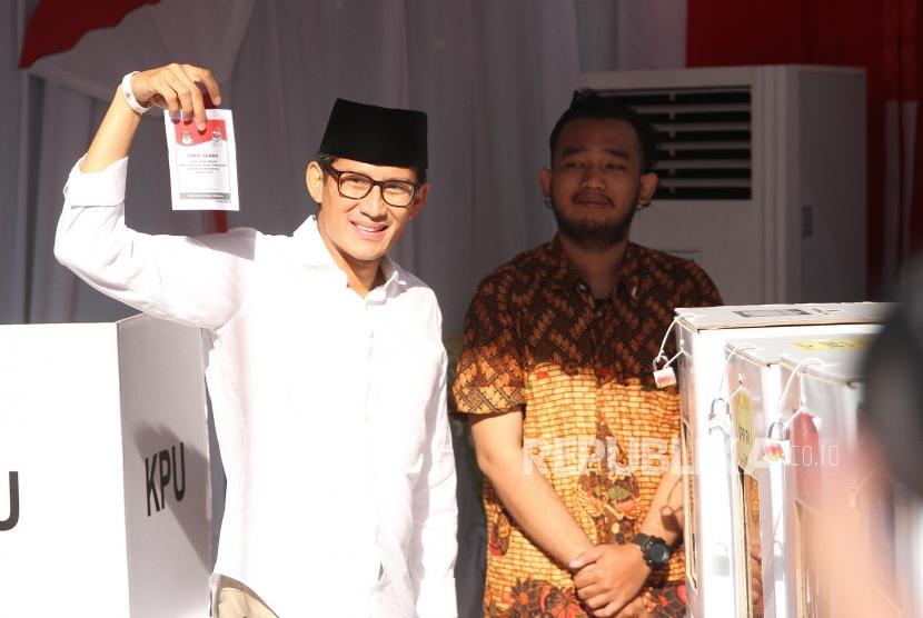 Sandiaga Uno Menggunakan Hak Pilih. Calon Wakil Presiden Nomor 02, Sandiaga Uno bersama keiuarga menggunakan hak pilih pada Pemilu 2019 di TPS 02, Kebayoran Baru, Jakarta, Rabu (17/4/2019).