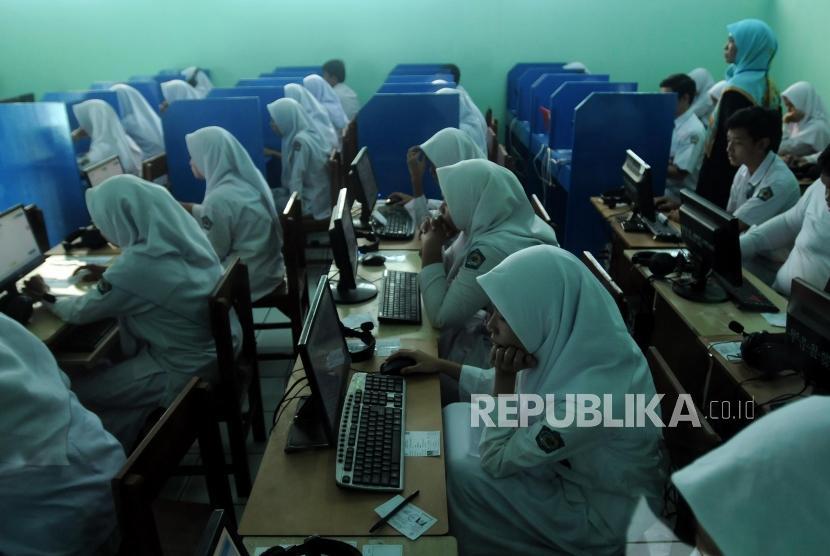 Sejumlah pelajar saat melaksanakan Ujian Nasional Berbasis Komputer (UNBK) di Madrasah Aliyah Negeri 1 Bekasi, Jawa Barat, Senin (9/2).