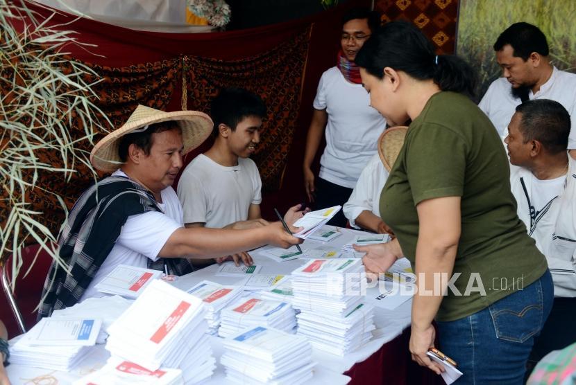 Petugas menyerahkan surat suara