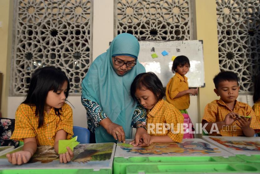 Sejumlah murid PAUD Tunas Bina saat melaksanakan kegiatan belajar mengajar di Masjid Al-Ikhlas, Tamansari, Jakarta Barat, Selasa (30/10).