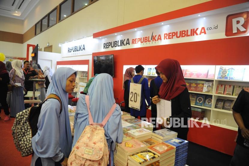 Pengunjung mengunjungi stand Republika penerbit di Islamic Book Fair ke 17, JCC, Jakarta, Rabu (18/4).
