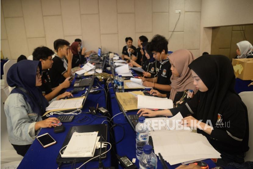 [Ilustrasi] Relawan mengentri data dan pindai form C1 hitung cepat berbasis aplikasi Sistem Informasi Penghitungan Suara (SITUNG) Pemilu tahun 2019 KPU Se-Provinsi DKI Jakarta, Sabtu, (20/4).