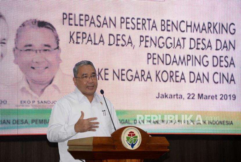 Menteri Desa PDTT Eko Putro Sandjojo memberikan sambutan pada acara pelepasan peserta benchmarking kepala desa,penggiat desa dan pendmping desa ke Negara Korea dan Cina ketika acara pelepanya di Kantor Kemeterian Desa PDTT, Jakarta, Jumat (22/3).
