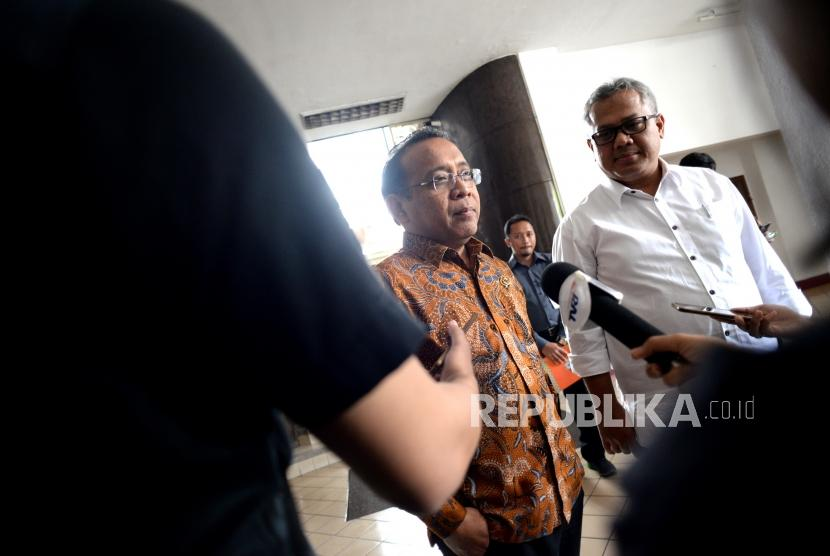 Bahas Persiapan Pemilu 2019. Mensesneg Pratikno (kiri) bersama Ketua Komisioner KPU Arief Budiman usai melakukan pertemuan di KPU Pusat, Jakarta, Selasa (14/11).