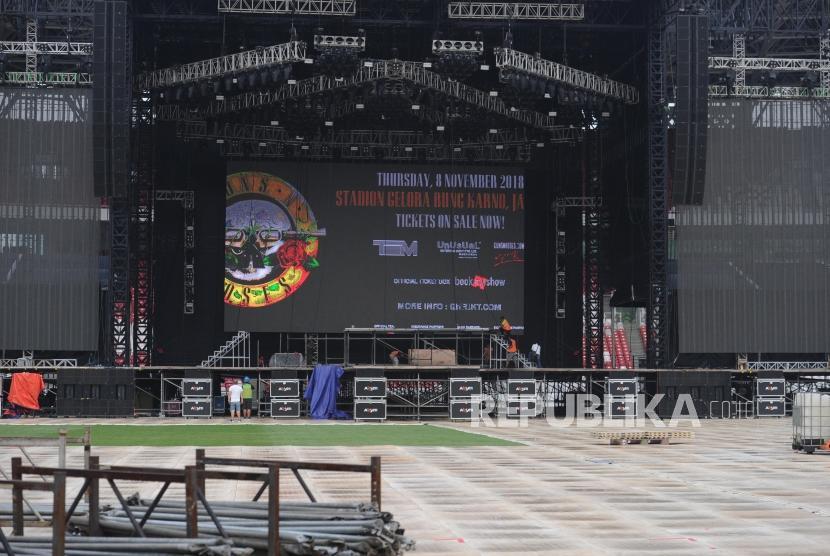 Sejumlah kru melakukan persiapan panggung konser yang akan digunakan grup band Guns N Roses (GNR), di stadion GBK, Jakarta, Selasa (6/11/2018).