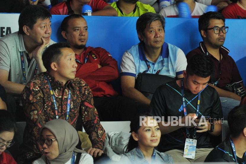 Pelatih ganda putra Indonesia Herry IP (kedua kanan atas) duduk di tribun stadion saat menyaksikan partai final nomor ganda putra antara Marcus Fernaldi Gideon/Kevin Sanjaya Sukamuljo melawan Mohammad Ahsan/Hendra Setiawan pada Blibli Indonesia Open 2019 di Istora Gelora Bung Karno, Jakarta, Ahad (21/7).