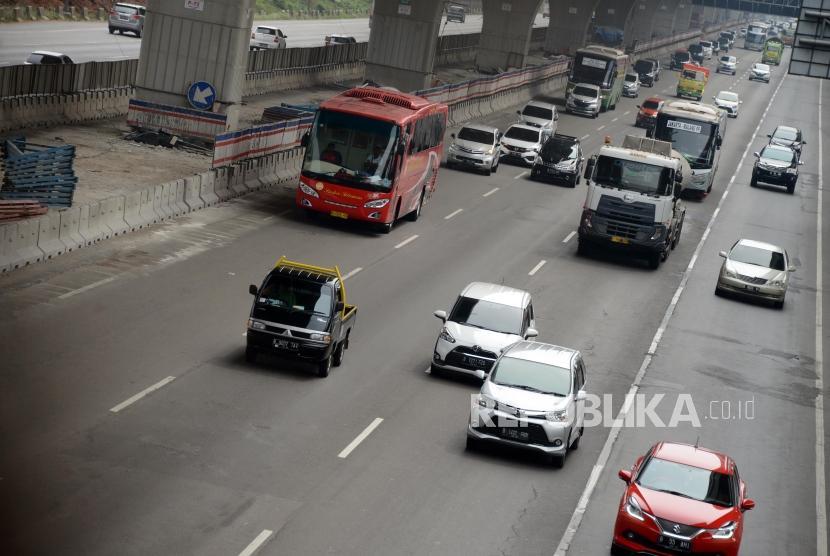 Sejumlah kendaraan melintasi Tol Jakarta-Cikampek, Bekasi, Jawa Barat, Senin (3/6).