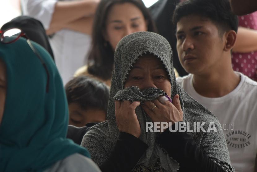 Isak tangis keluarga korban kecelakaan pesawat Lion Air JT610 di Posko Ante Mortem DVI RS Polri, Jakarta, Selasa (30/10).